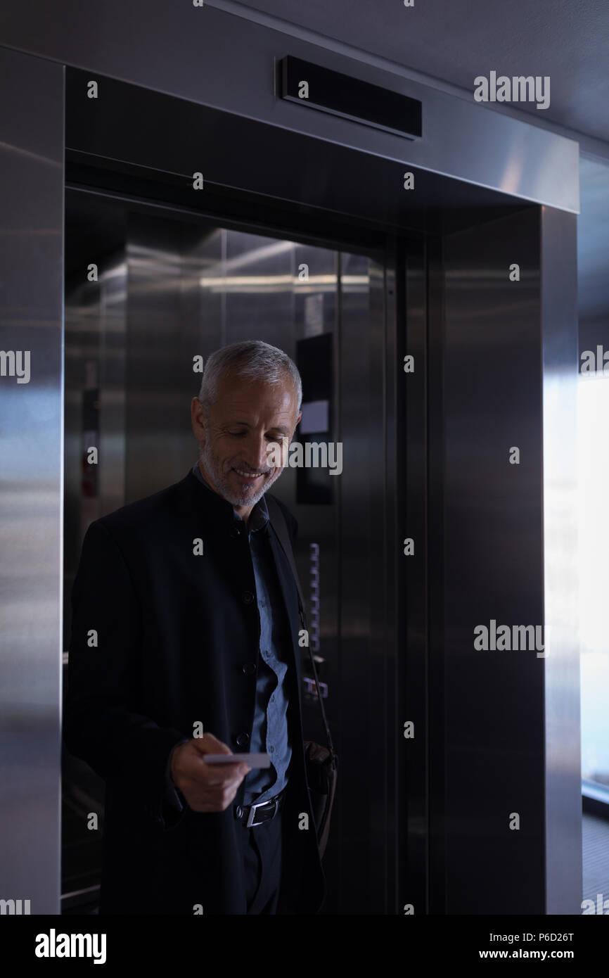 Businessman walking out l'ascenseur Photo Stock