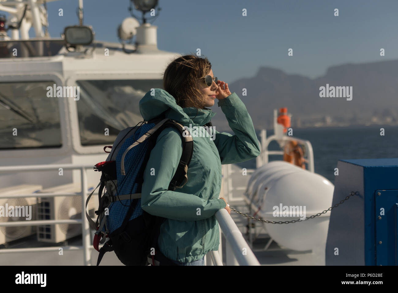 Sac à dos avec femme debout on cruise ship Banque D'Images