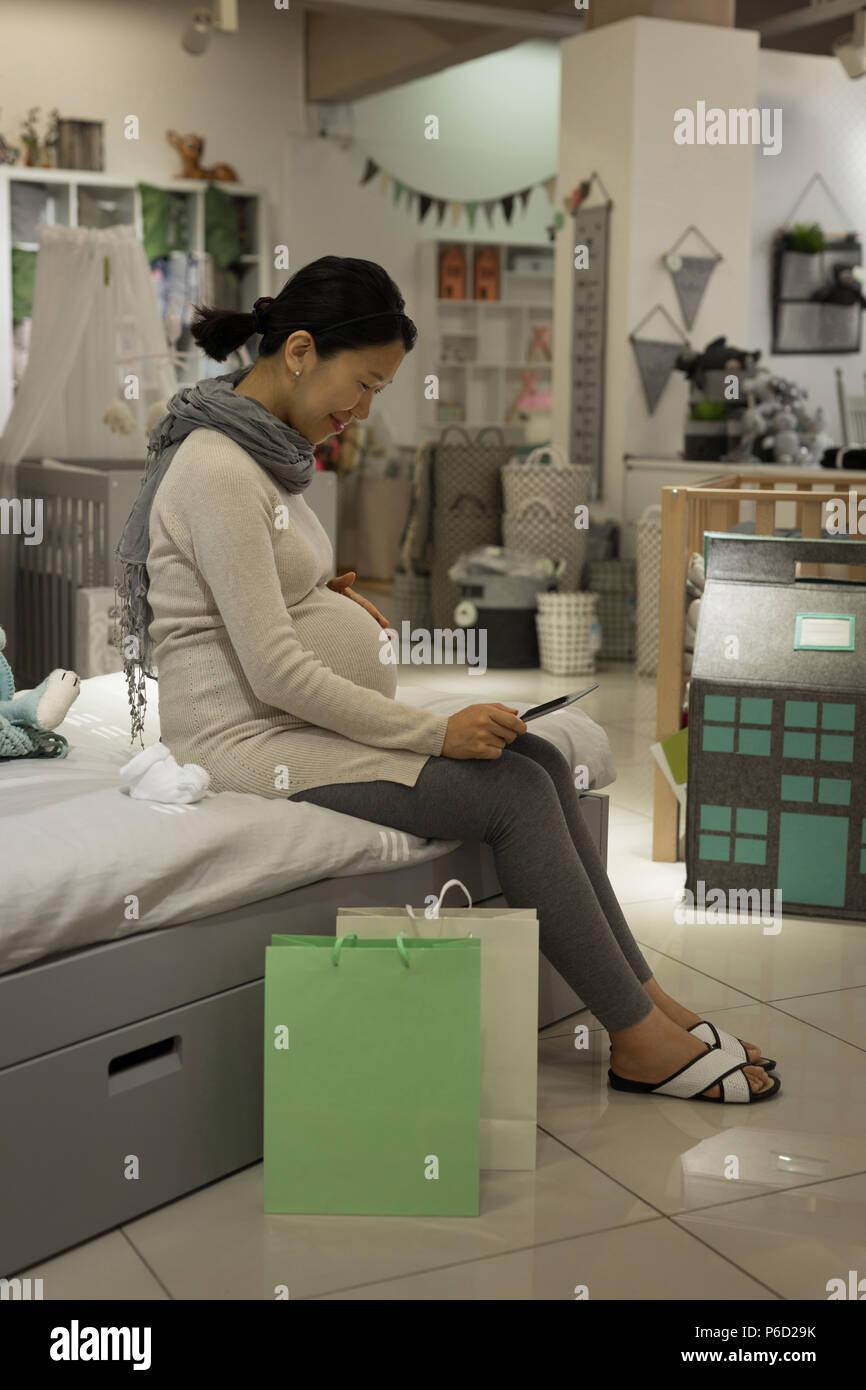 Pregnant woman using mobile phone Banque D'Images