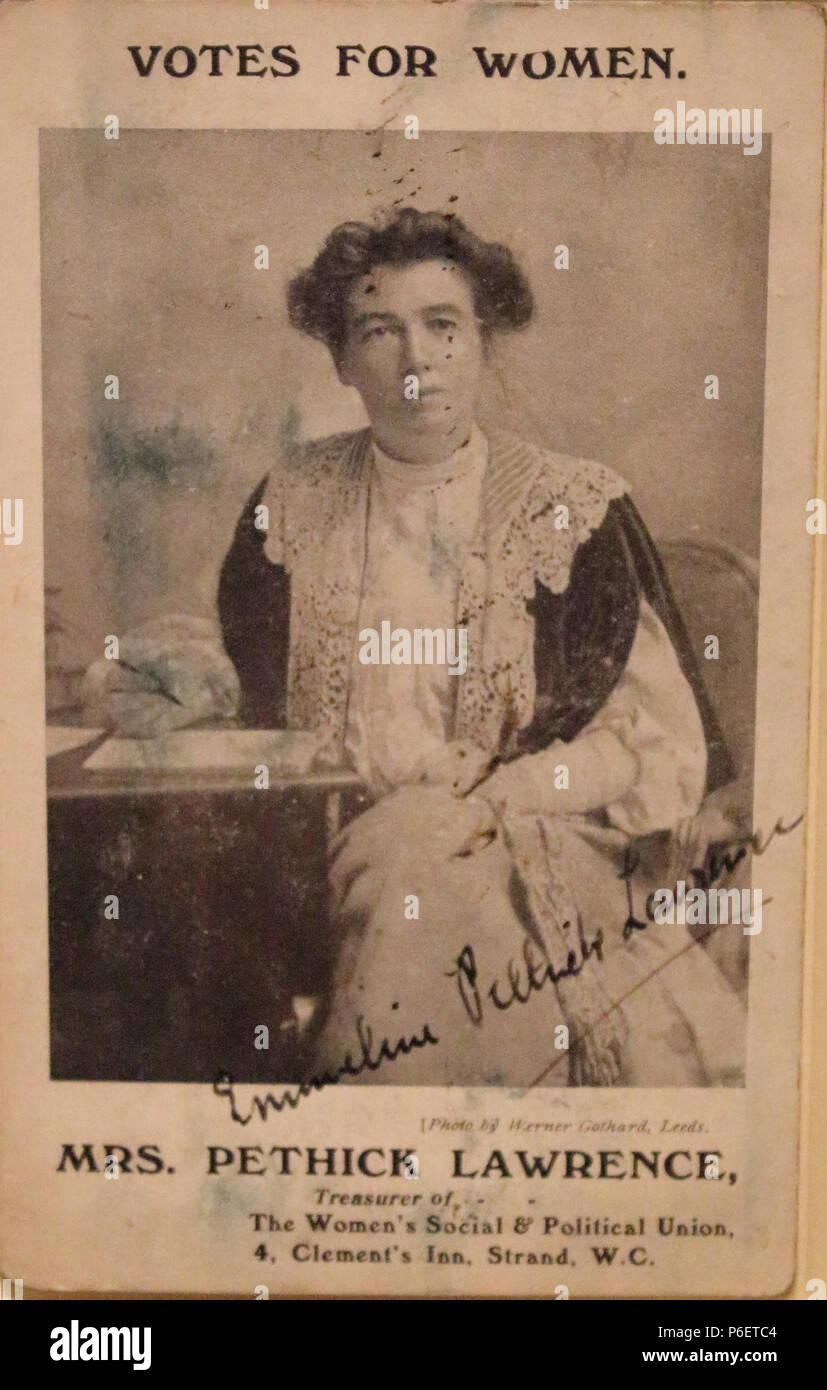 Emmeline Pethick Lawrence carte postale signée c.1907 67 Pethick Lawrence carte postale signée c.1907 Banque D'Images