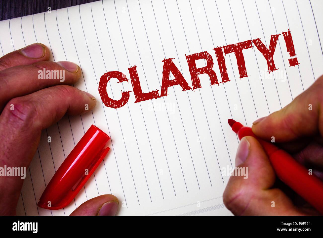 Main conceptuel écrit montrant la clarté. Photo d'affaires mettant en valeur la transparence de compréhensibilité Pureté Précision Certitude Exactitude Man holding hold Photo Stock