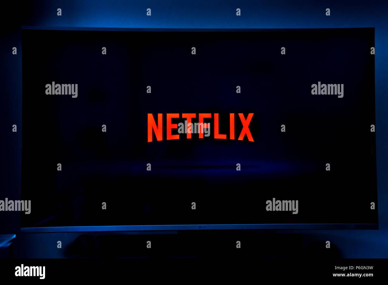 Écran de bienvenue avec Netflix logo sur un téléviseur Photo Stock