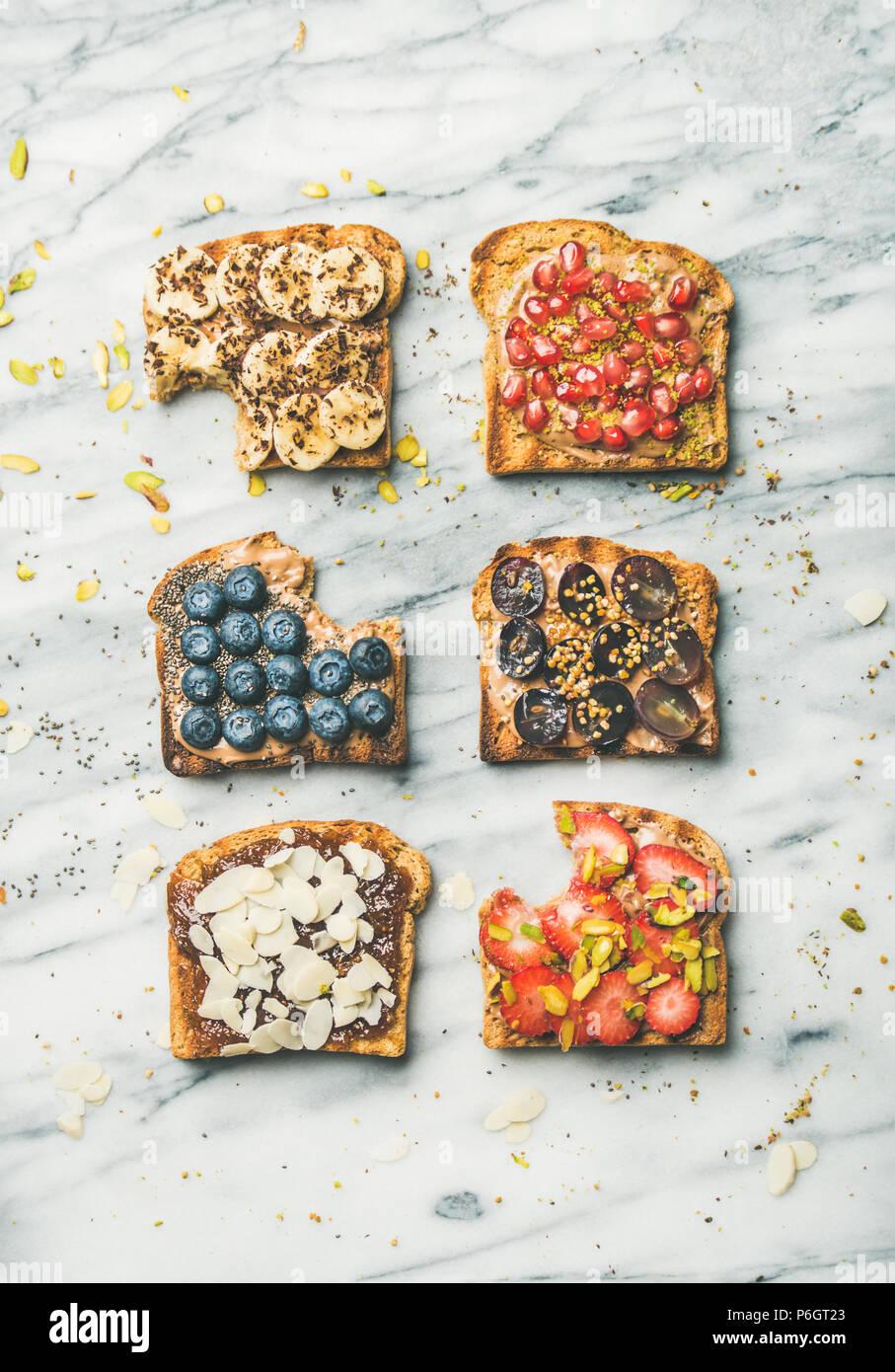 Petit-déjeuner ou une collation saine avec aliments complets toasts, vue d'en haut Photo Stock