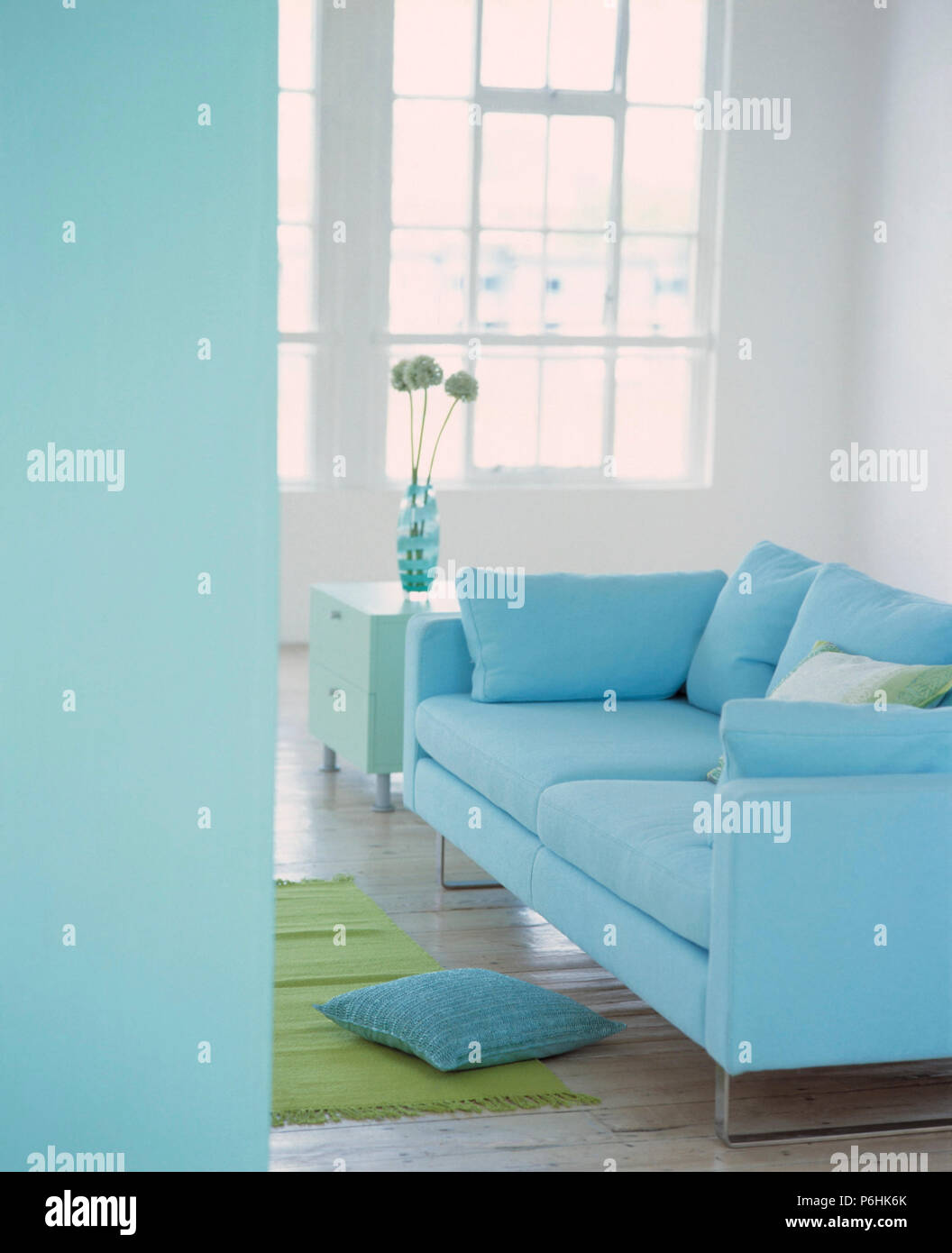 Canapé bleu pastel in modern living room Banque D\'Images ...