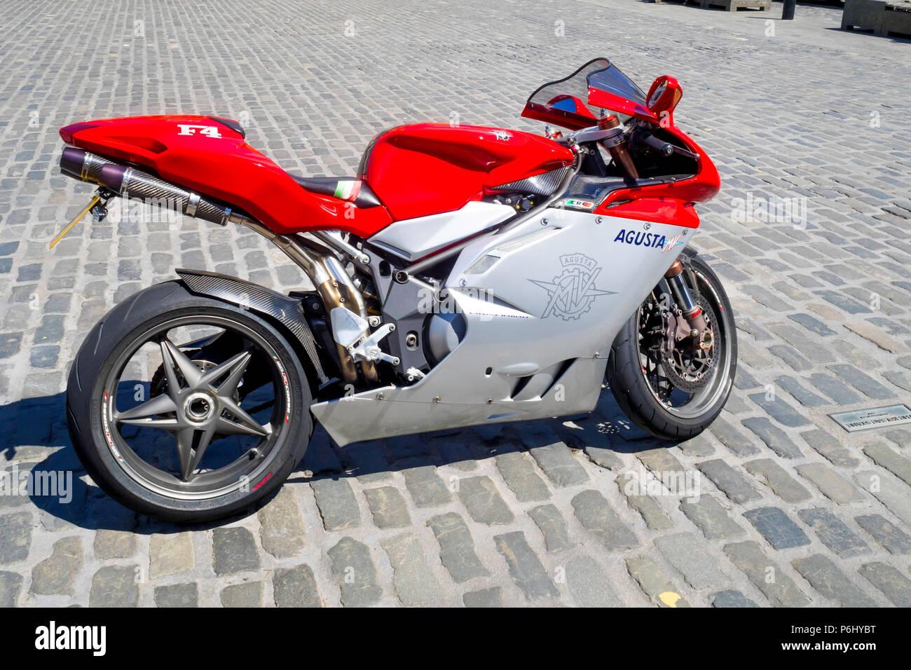 MV AGUSTA F4 moto sport garé sur une place pavée en soleil Banque D'Images