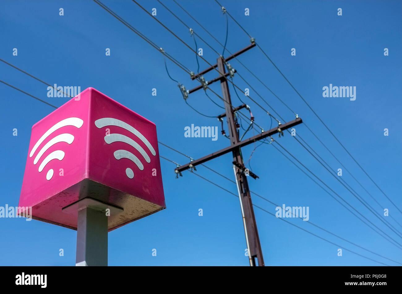 Les lignes de téléphone et une connexion Wi-Fi gratuite signe, contre un ciel bleu. Photo Stock