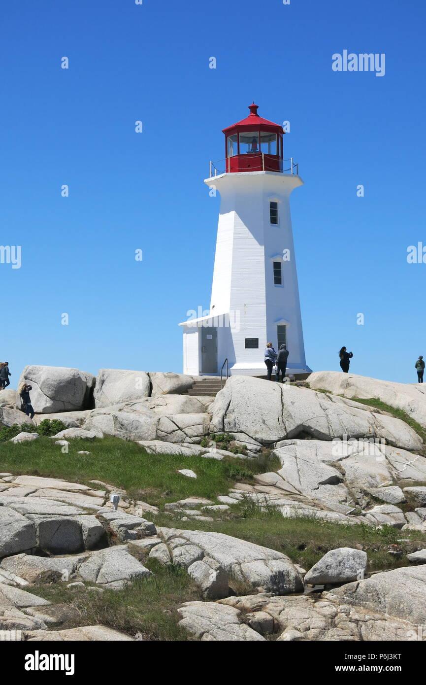 Le phare rouge et blanc sur un affleurement de rochers de granit à Peggy's Cove, Nova Scotia, Canada Photo Stock