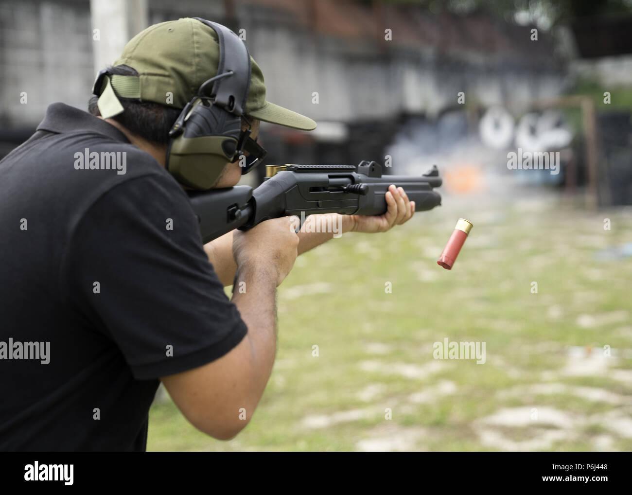 Prise de l'homme sur un stand de tir en plein air, selective focus Photo Stock