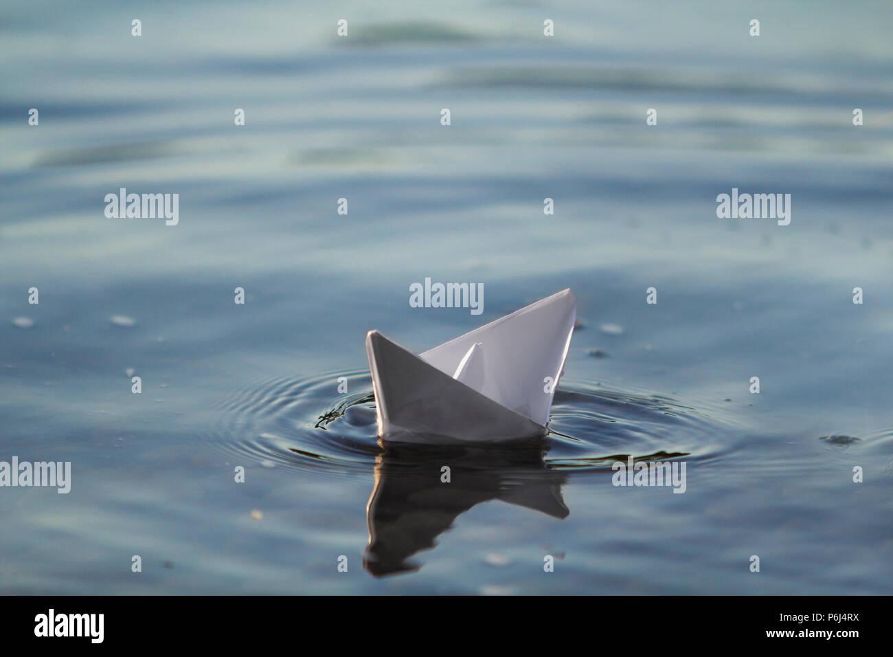 Close Up De Simple Petit Origami Papier Blanc Bateau Flottant Tranquillement Dans Les Eaux Claires De
