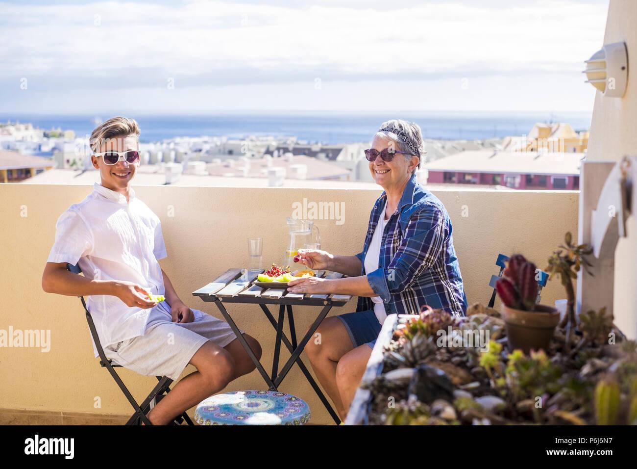 Professionnels activité de loisirs sur la terrasse le petit déjeuner sur le toit avec des sourires et de bonheur pour grand-mère et ado famille peuples caucasiens un océan. Photo Stock