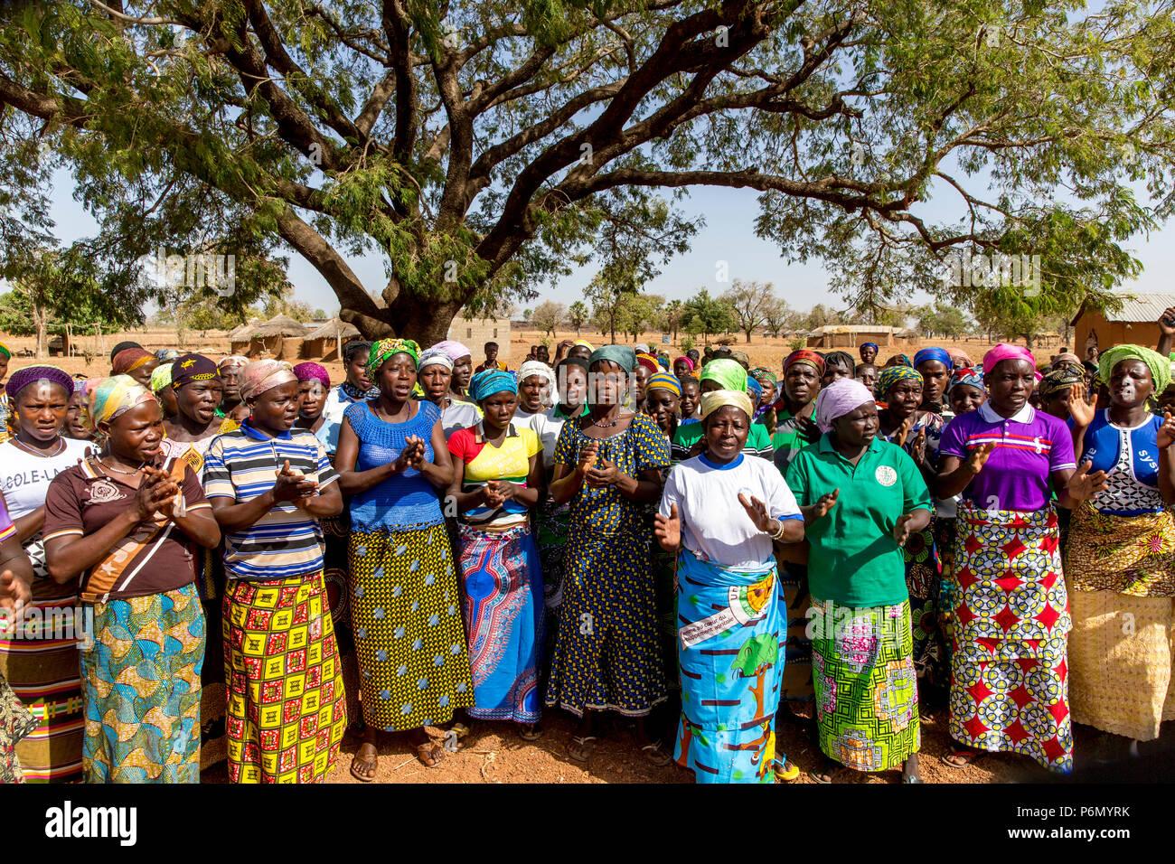 Les membres d'une coopérative de femmes en matière de microfinance l'accueil d'un visiteur dans le nord du Togo. Photo Stock