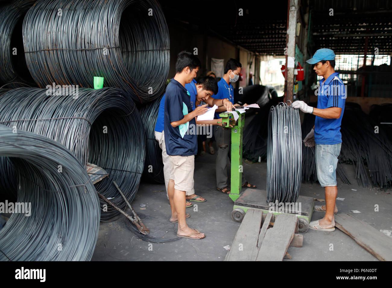 Armature en acier pour la construction d'armature pour béton industrie du bâtiment. Les travailleurs de la construction. L'échelle de poids. Cai Be. Le Vietnam. Photo Stock