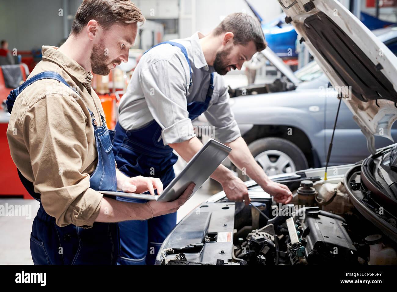 Service de voiture en travail mécanique Photo Stock