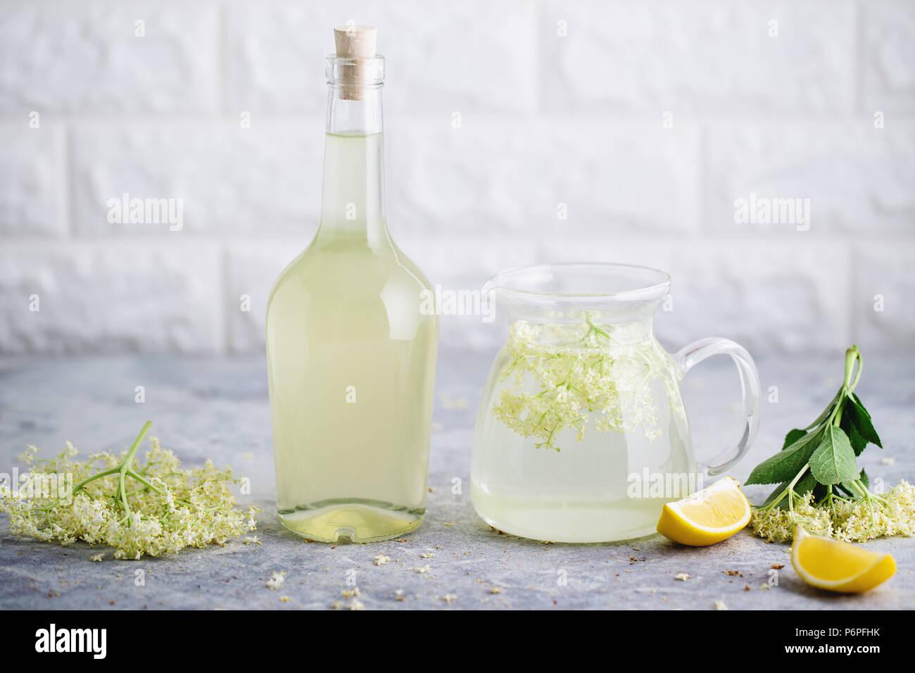 Limonade de sureau fait maison avec elderflowers fraîchement cueillis. Les fleurs sont comestibles et peuvent être utilisés pour ajouter de la saveur et l'arôme à la fois des boissons et des Photo Stock