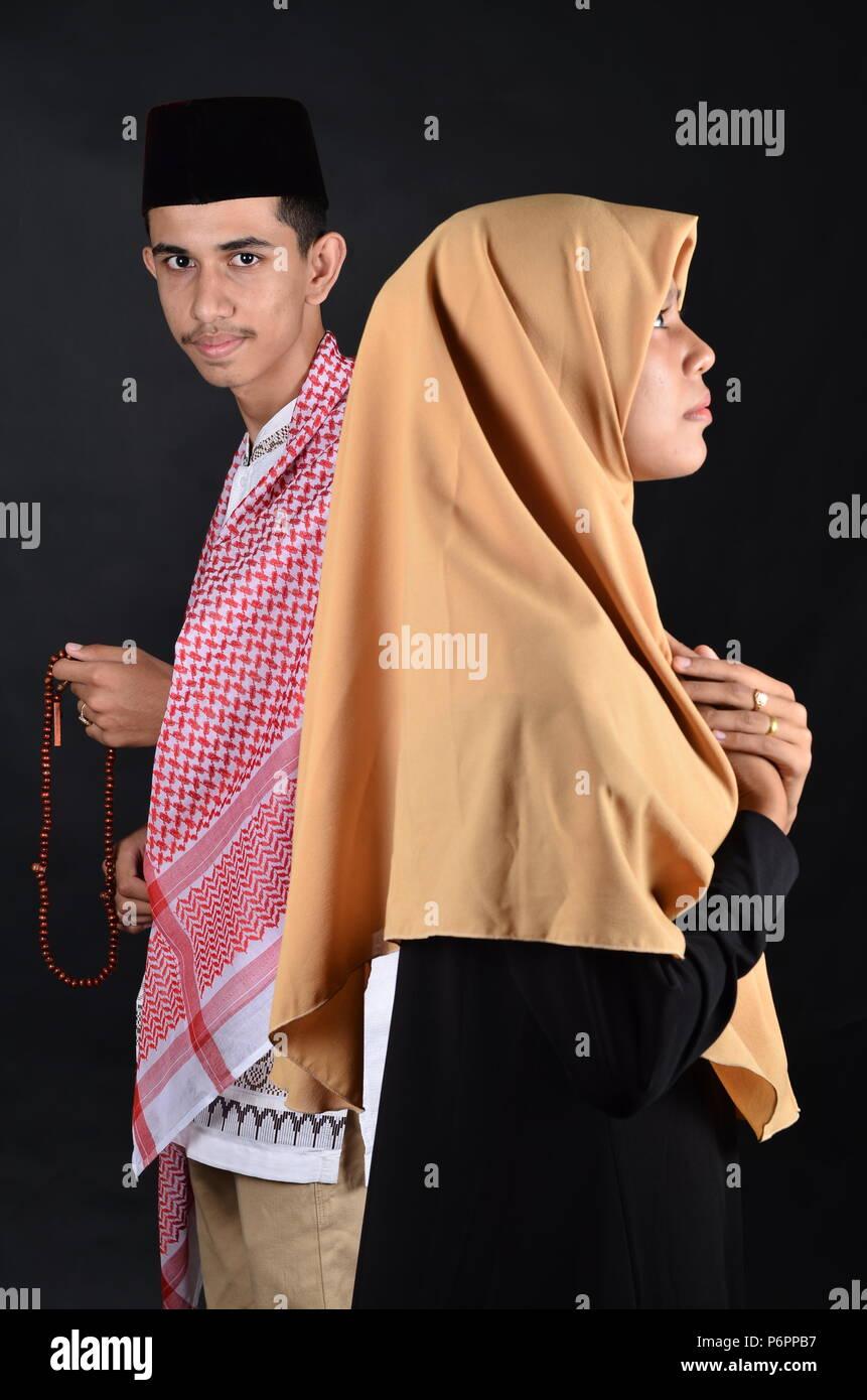 Jeune musulman homme et femme priant Photo Stock