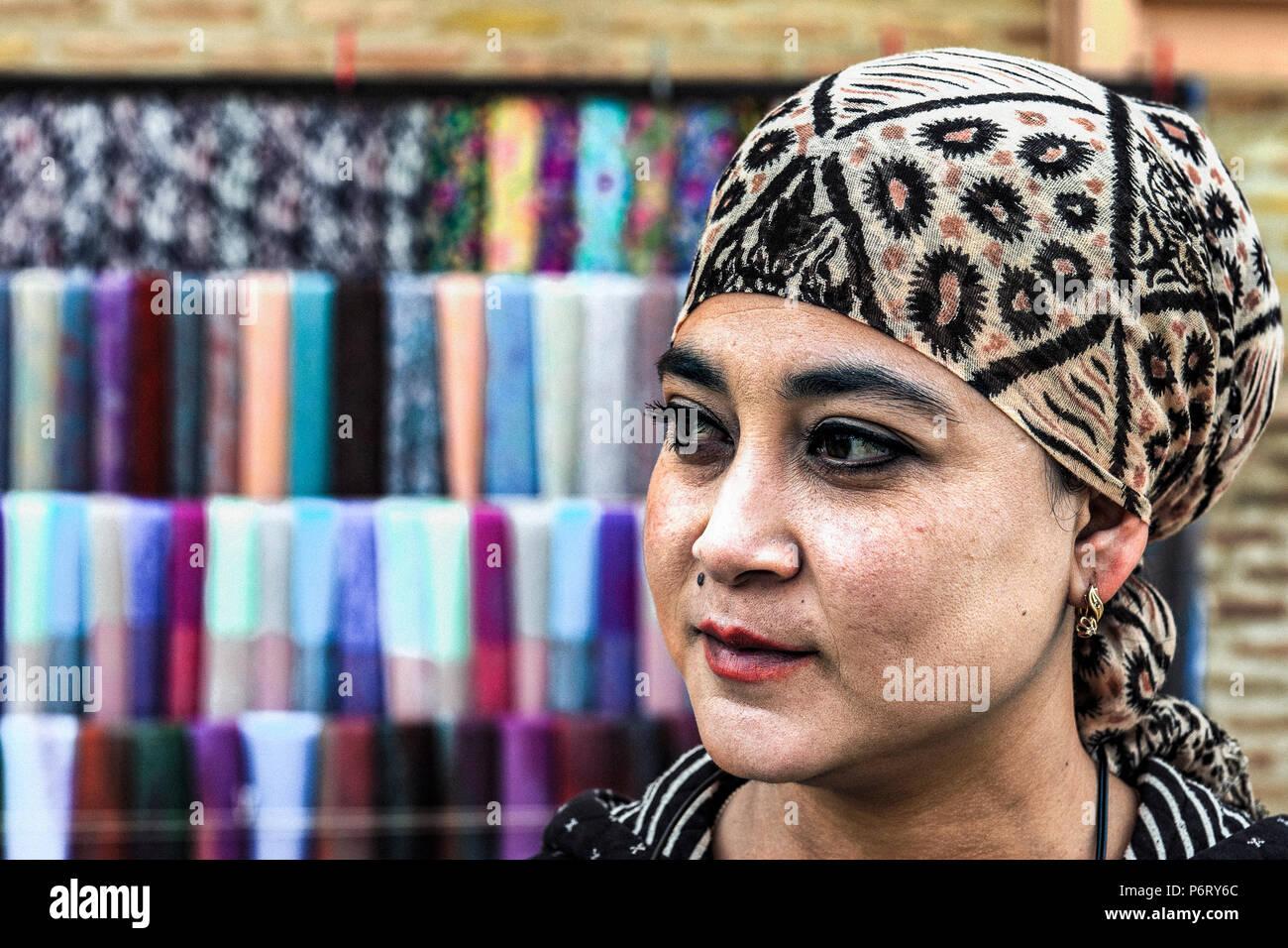 aa7133ca4b7a Un vendeur de foulards dans un marché de Boukhara, Ouzbékistan Photo Stock