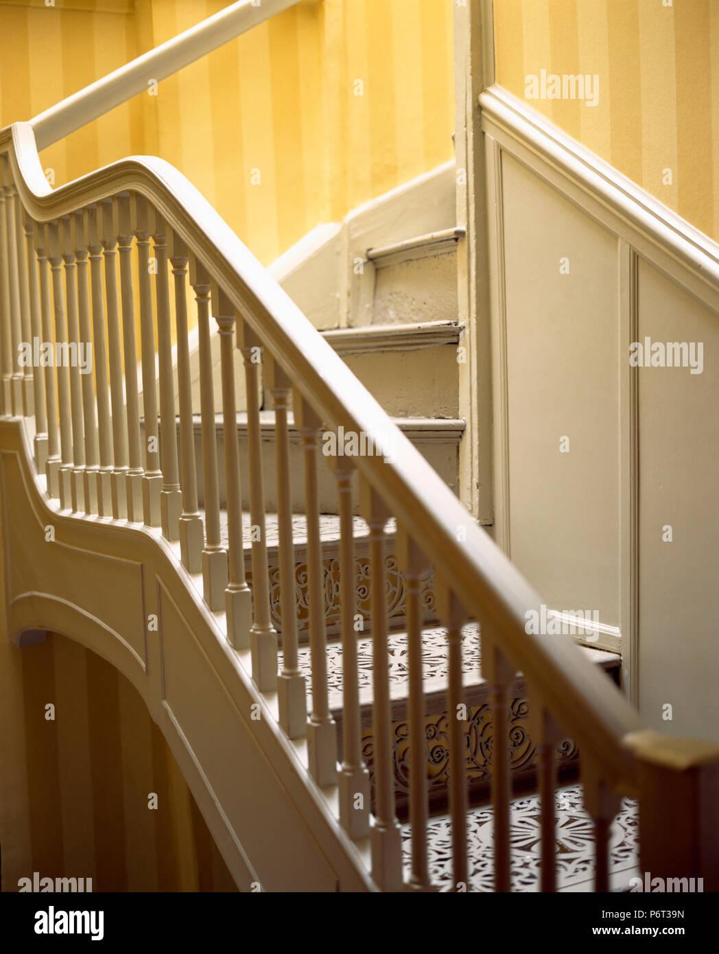 rampes d 39 escalier peint en cr me sur les marches avec peint d corative banque d 39 images photo. Black Bedroom Furniture Sets. Home Design Ideas
