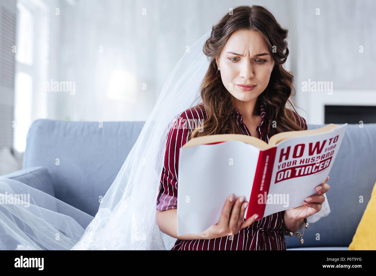 Future femme sentiment étonné lors de la lecture de certaines statistiques Photo Stock