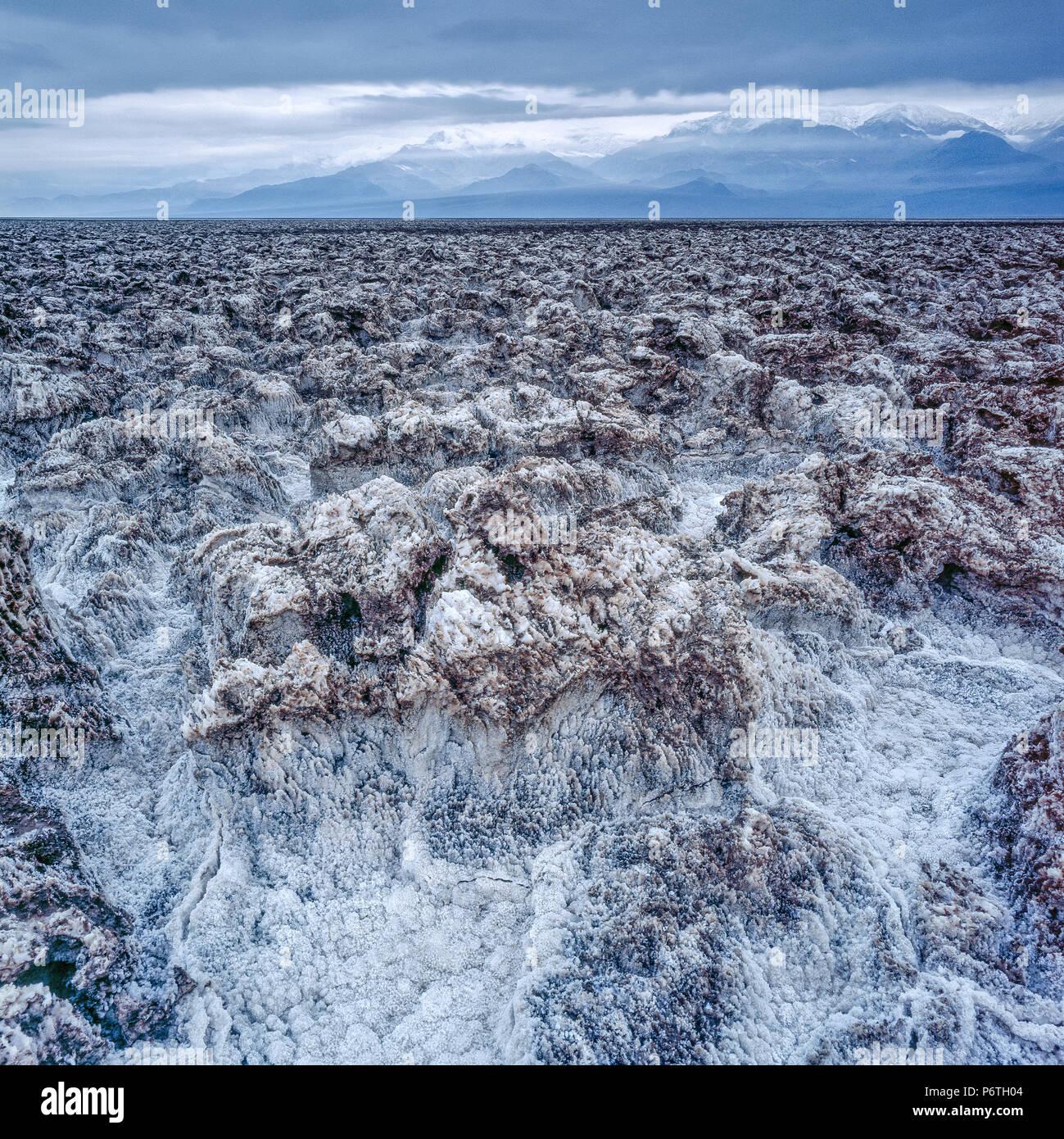 Approche de l'orage, le sel Formations, Devil's Golf Course, Death Valley National Park, Californie Photo Stock