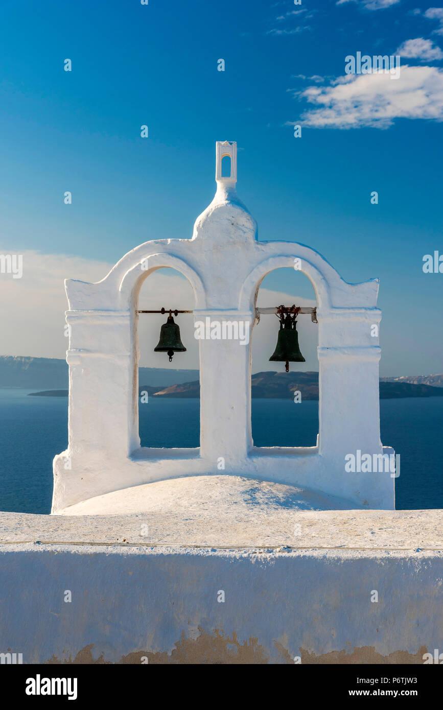 Clocher blanc traditionnel, Oia, Santorin, sud de la mer Egée, Grèce Photo Stock