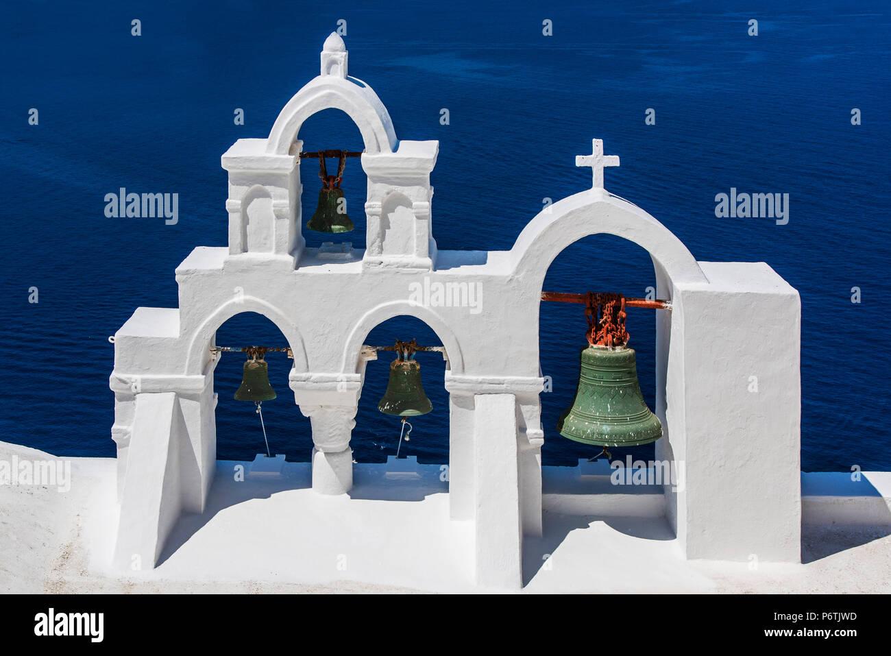 Befry blanc typiquement grec, Oia, Santorin, sud de la mer Egée, Grèce Photo Stock