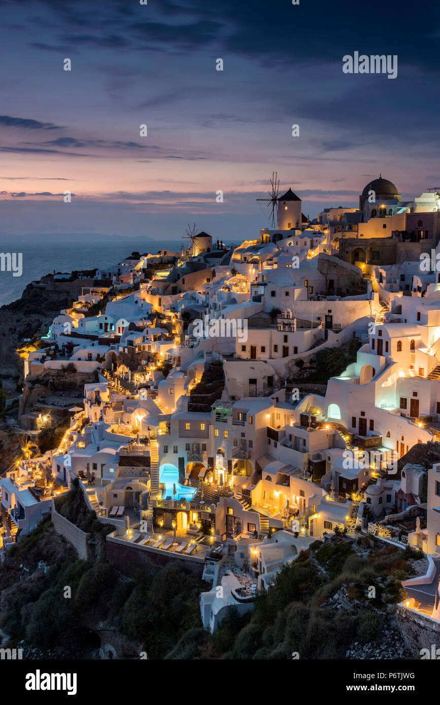 Vue de la nuit de Oia, Santorin, sud de la mer Egée, Grèce Photo Stock