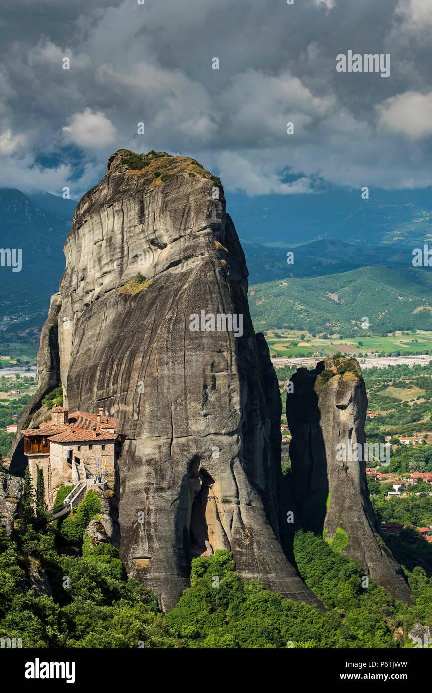 Monastère de Moni Agias Varvaras Roussanou avec le massif rocheux escarpés spectaculaire dans l'arrière-plan, Météores, Thessalie, Grèce Photo Stock