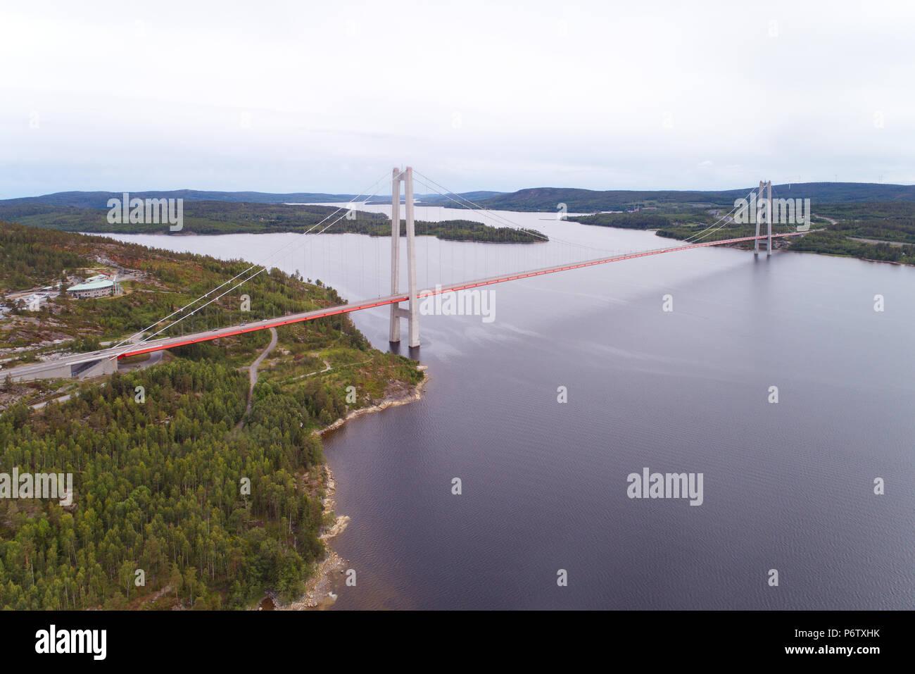 Vue aérienne du Nord de la haute-côte suédoise pont suspendu au-dessus de la rivière. Angermanalven Banque D'Images