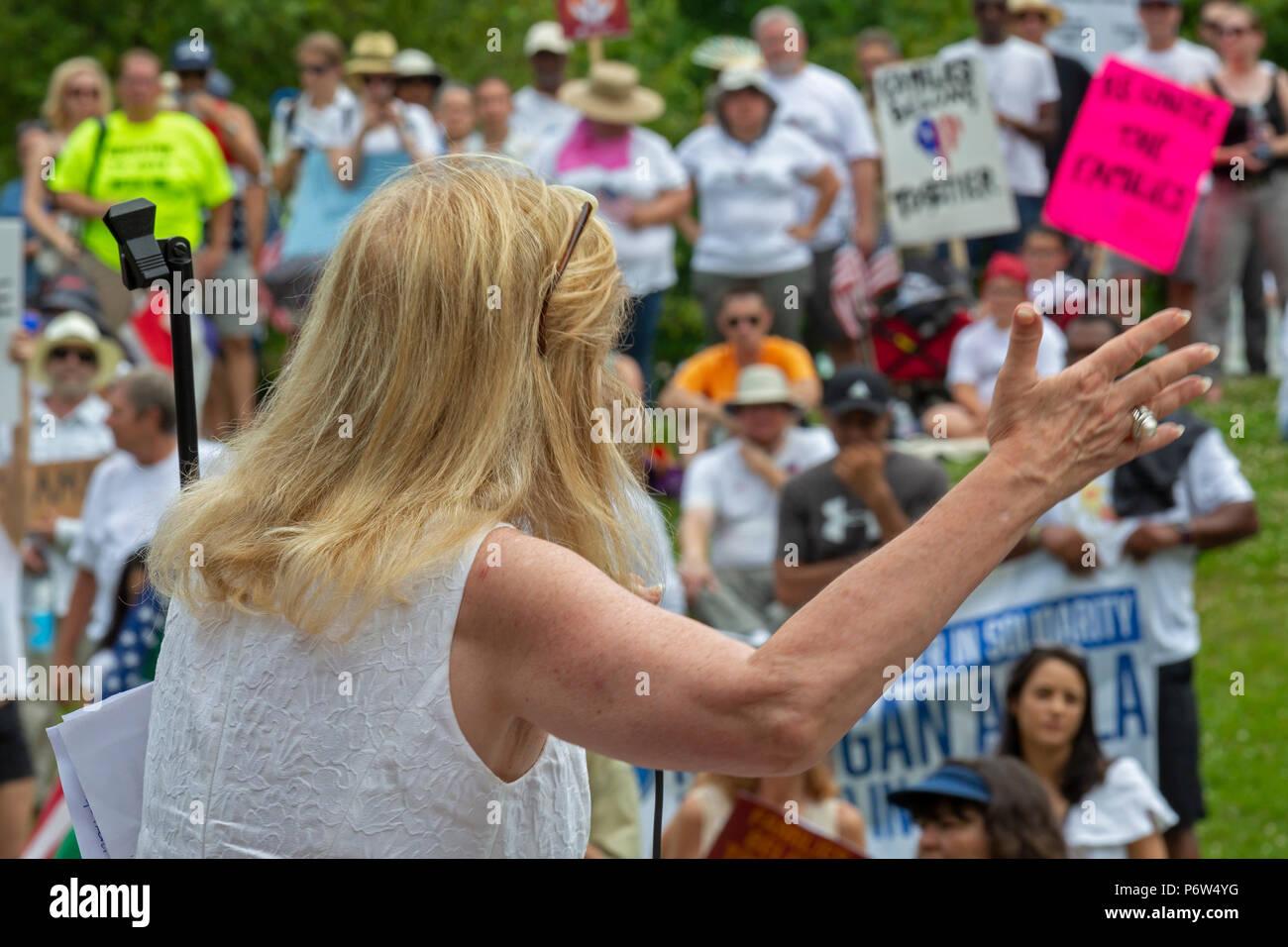 Detroit, Michigan - Sénatrice Debbie Dingell (D-Mich.) parle à un rassemblement s'opposant à la politique de l'administration d'atout de séparer les jeunes enfants f Photo Stock