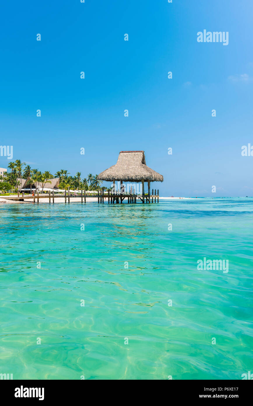 Playa Blanca, Punta Cana, République dominicaine, la mer des Caraïbes. Hutte de chaume sur la plage. Photo Stock