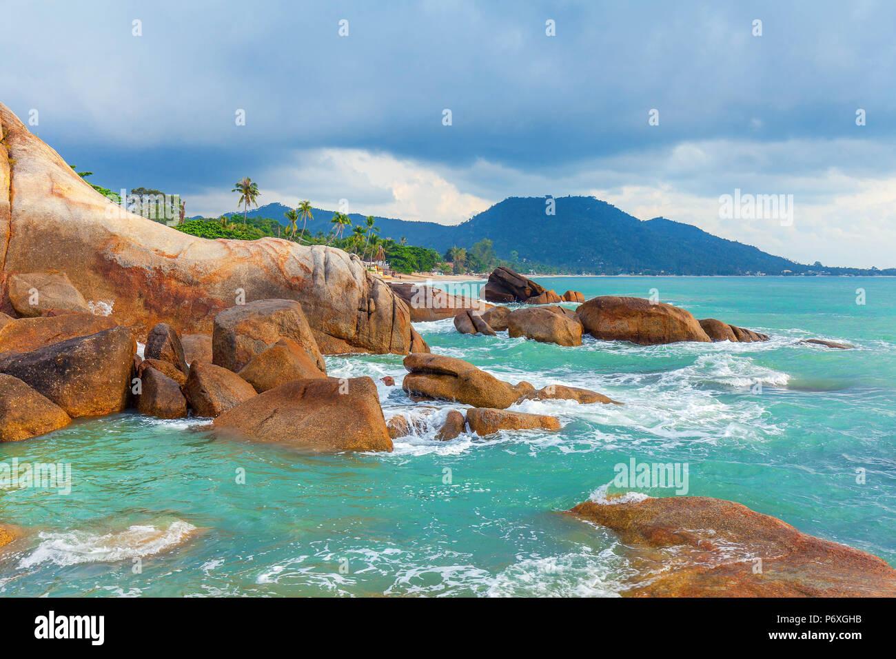 La mer d'azur et les roches rouges de l'île de Koh Samui en Thaïlande. Photo Stock