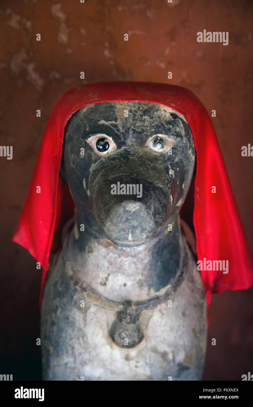 Statue de chien sur le pont couvert japonais, , Viêt Nam Photo Stock