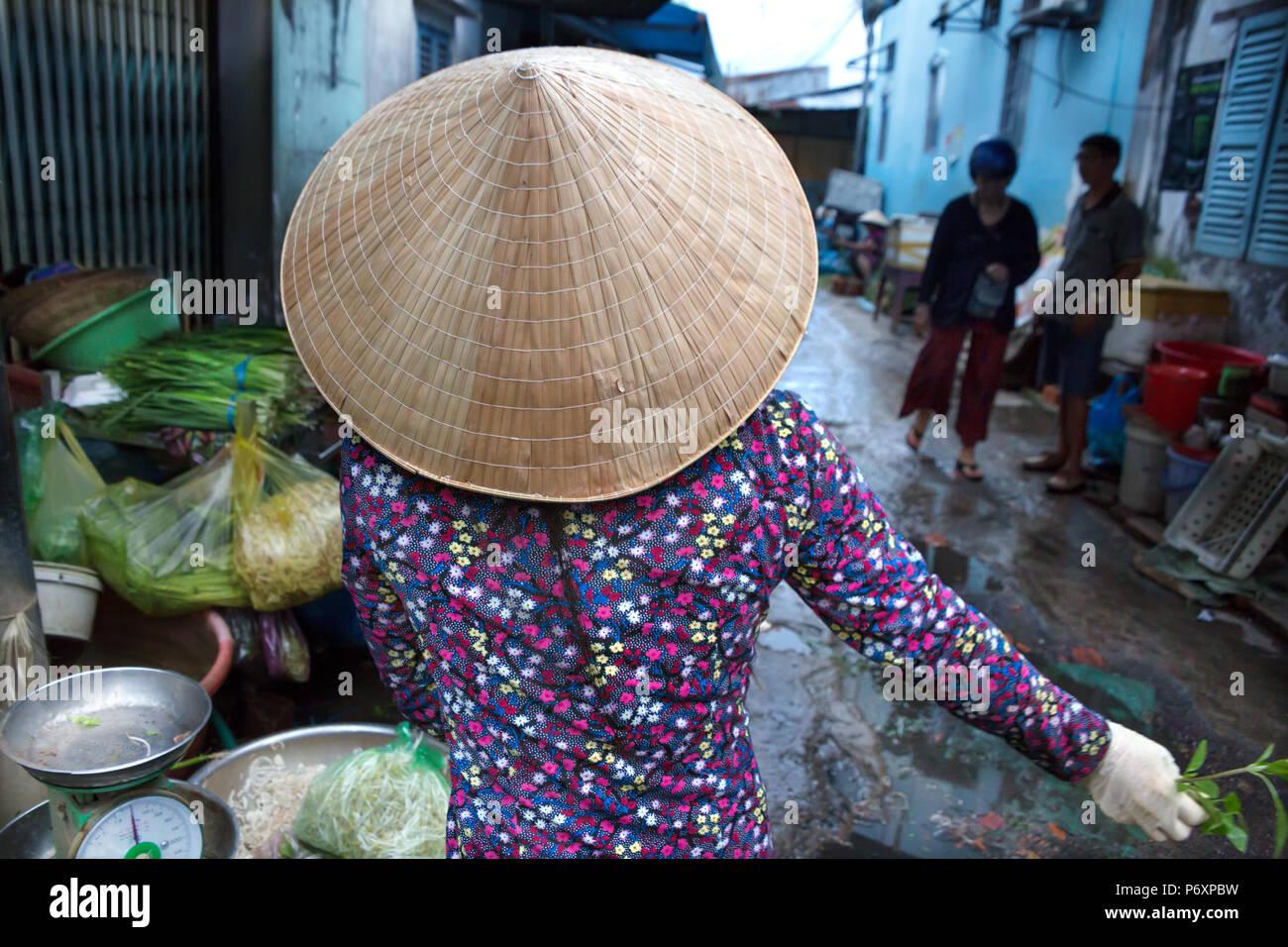 Femme au chapeau conique traditionnel , Can Tho , Vietnam Photo Stock