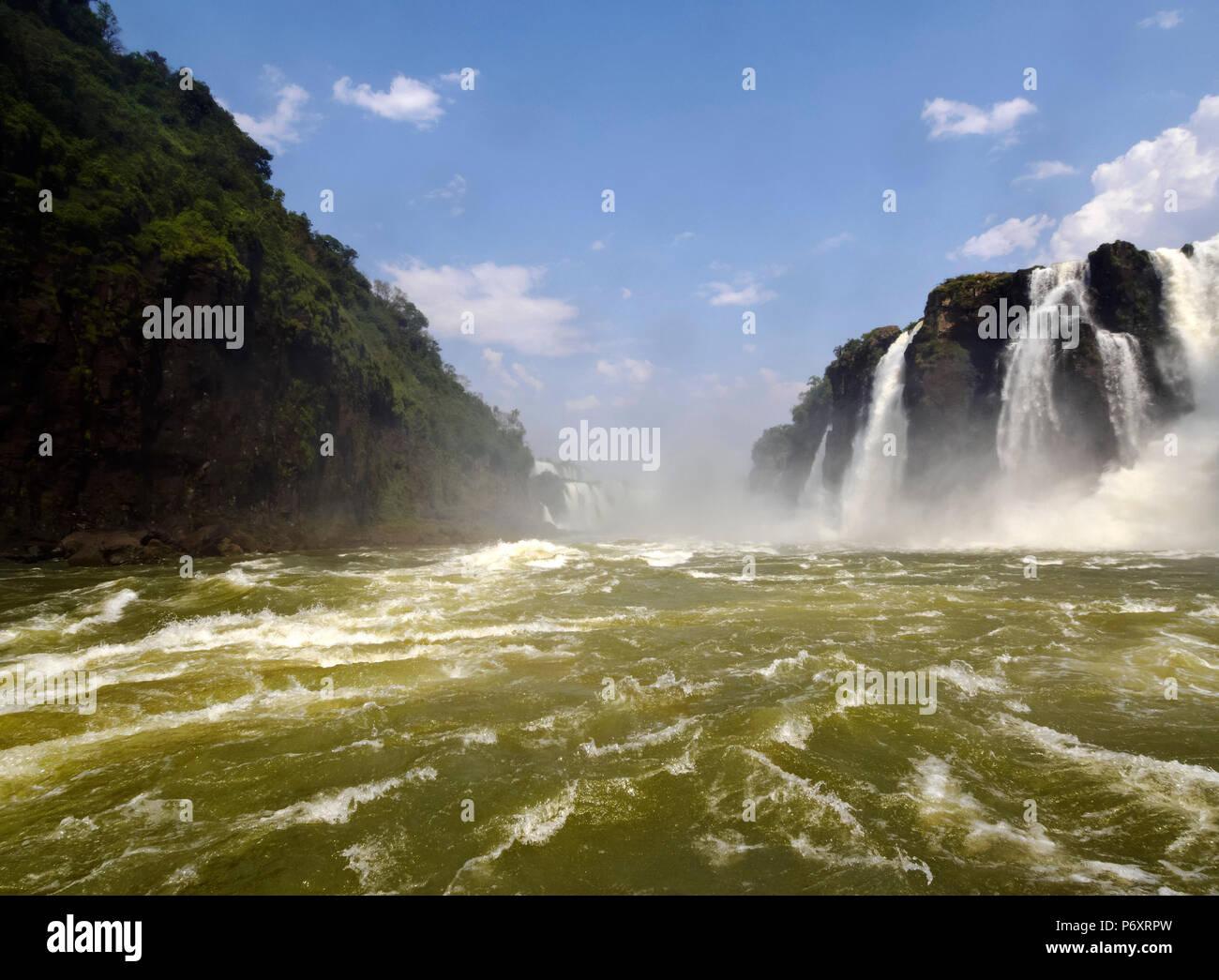 L'Argentine, de Misiones, Puerto Iguazu, vue sur les chutes d'Iguaçu. Photo Stock