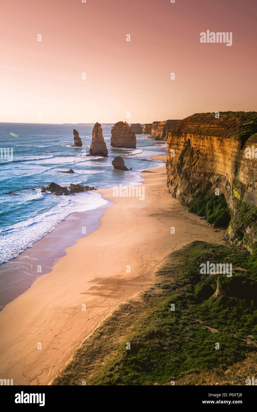 Les douze apôtres, Port Campbell National Park, Victoria, Australie. Les piles de calcaire et de la côte au coucher du soleil. Photo Stock