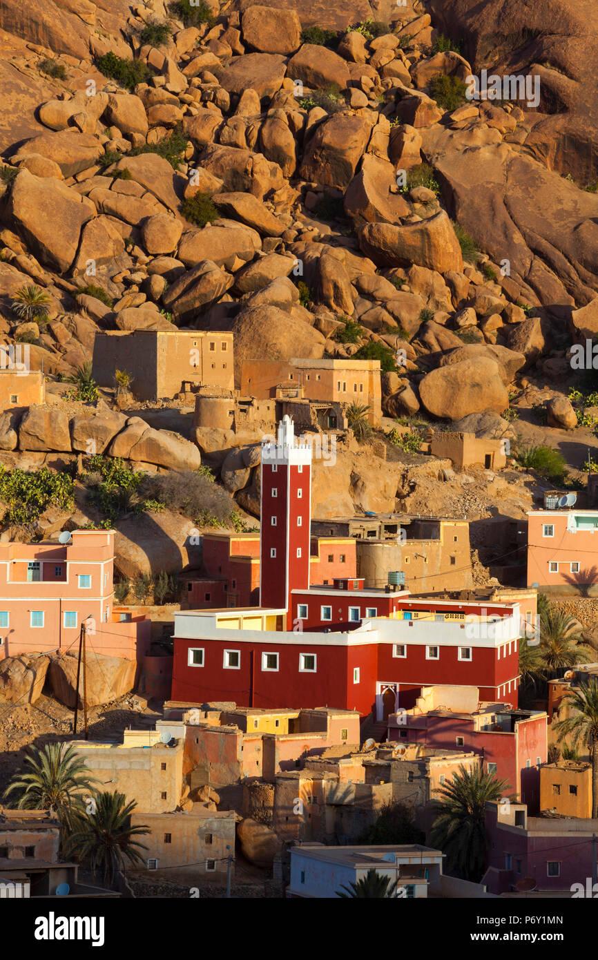 Des vues sur la Mosquée rouge de l'IDRN, Tafraoute, Anti Atlas, Maroc Photo Stock