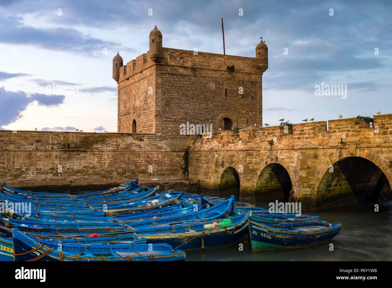 Le Maroc, Marrakesh-Safi Marrakesh-Tensift-El Haouz (région), Essaouira. Skala du port, 18e siècle sur les remparts du front de mer du port de pêche au crépuscule. Banque D'Images
