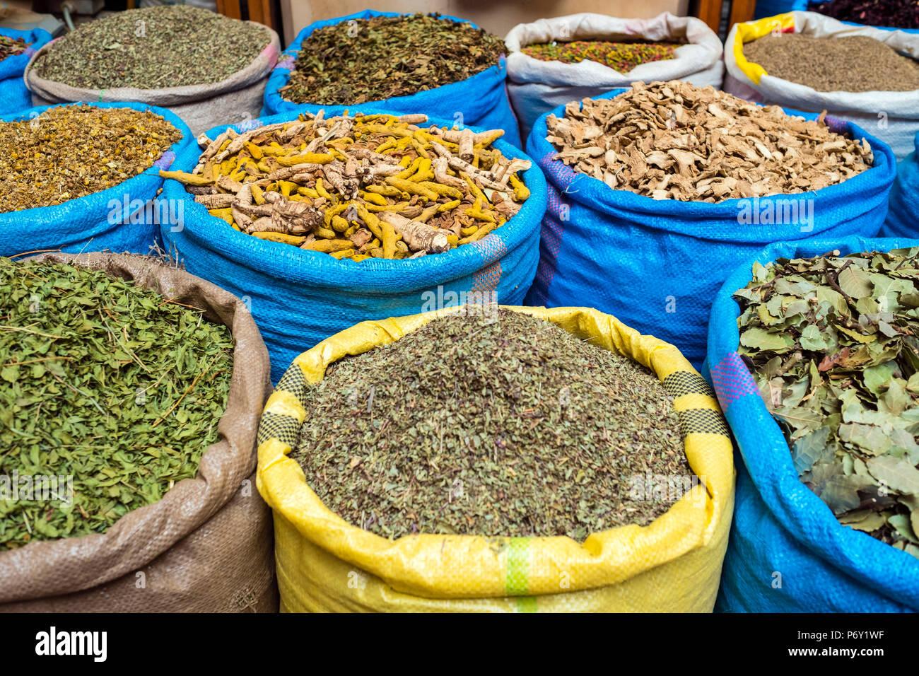 Le Maroc, Marrakech-Safi Marrakesh-Tensift-El Haouz (région), Marrakech. Herbes et épices séchées à la vente dans le Mellah de Spice market. Photo Stock