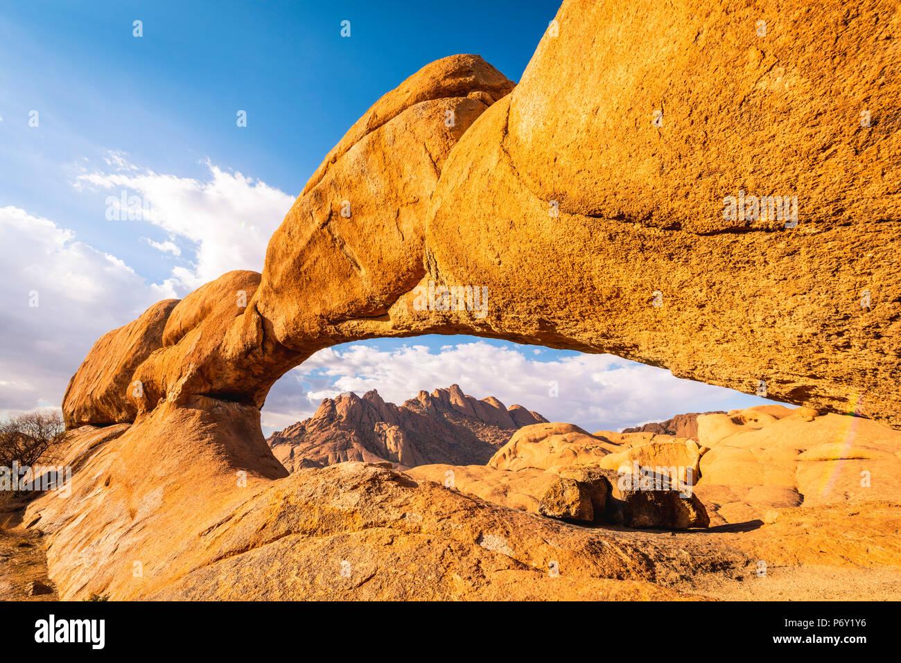 Spitzkoppe, Damaraland, Namibie, Afrique. Le Rock Bridge et les pics de granit. Photo Stock