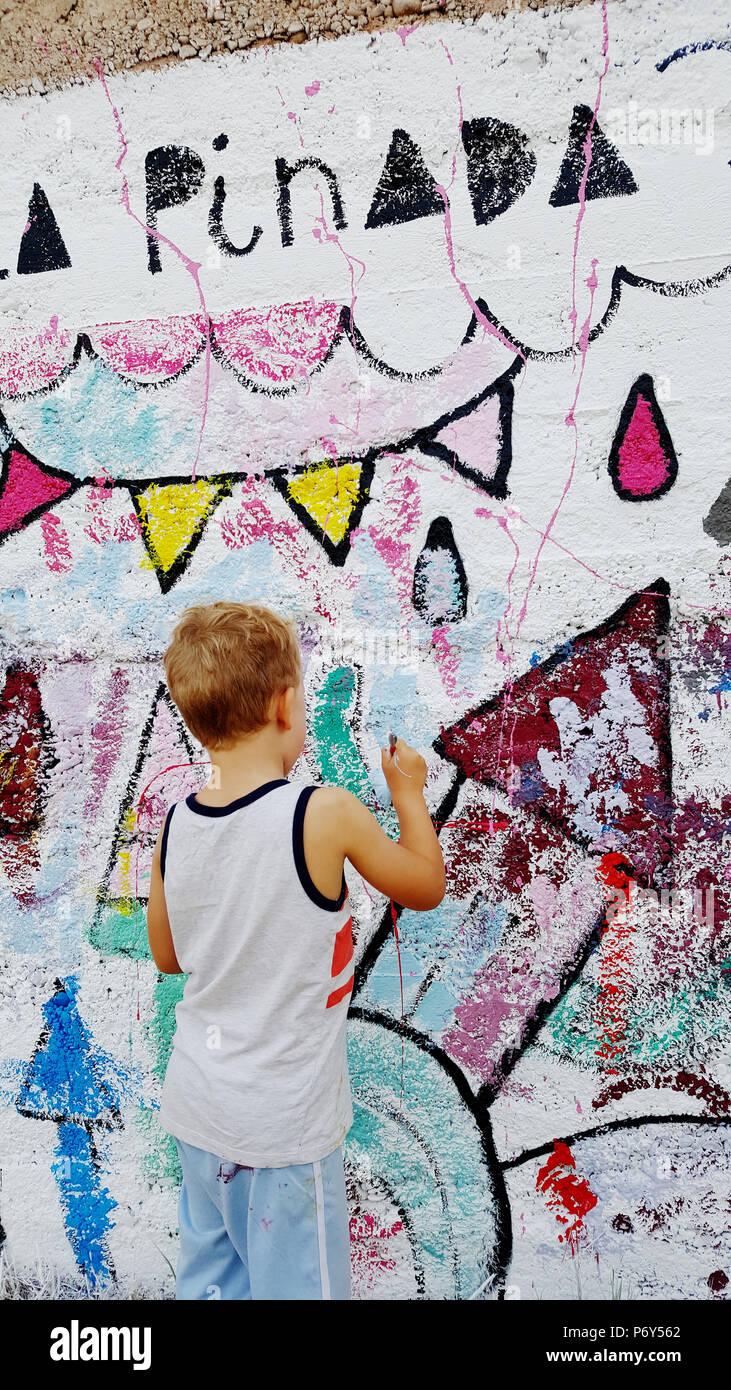 Peindre Une Fresque Sur Un Mur garçon blond la peinture d'une fresque sur le mur de l'école