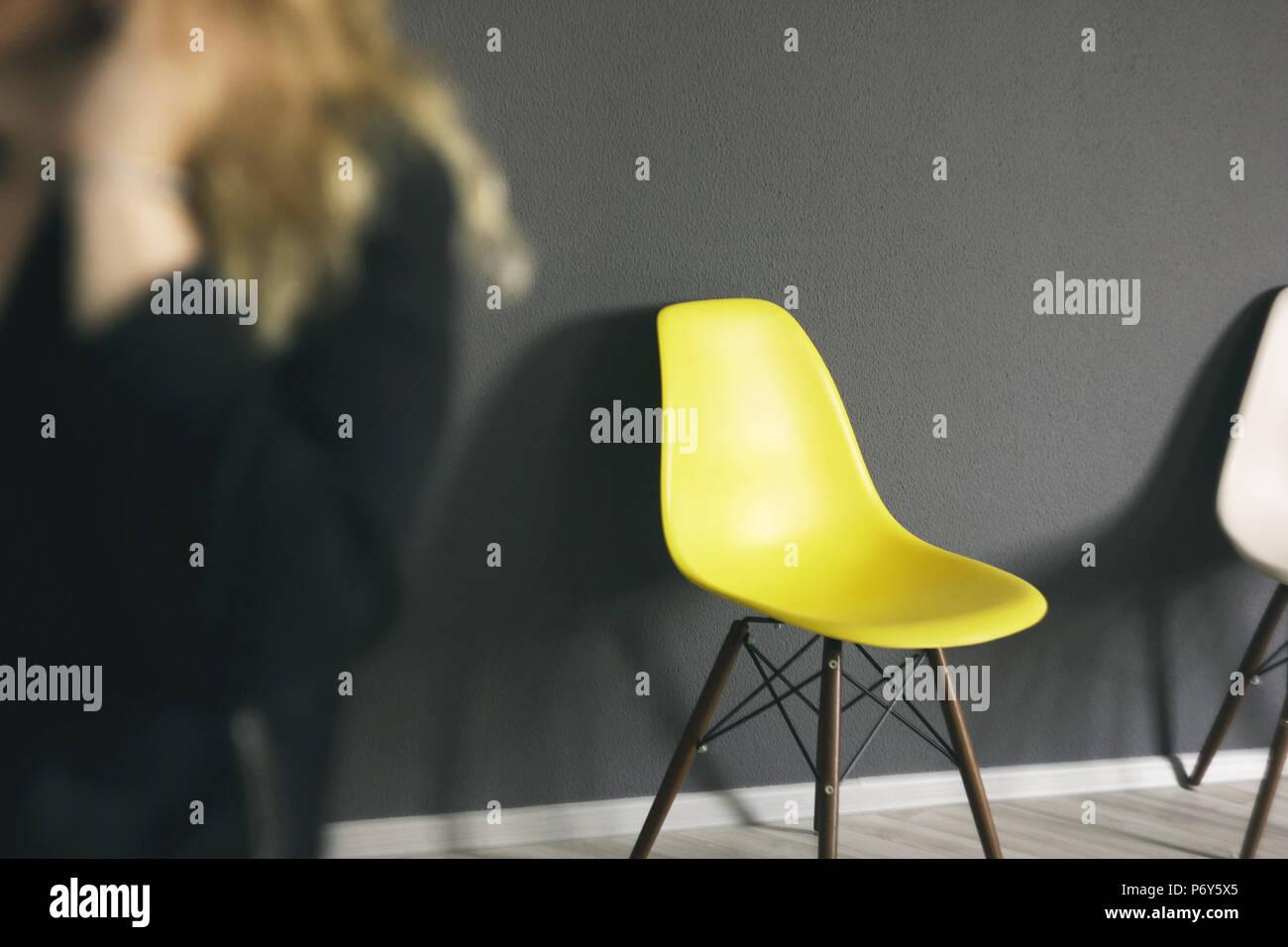 Chaise jaune contre mur noir détails de l intérieur bureau