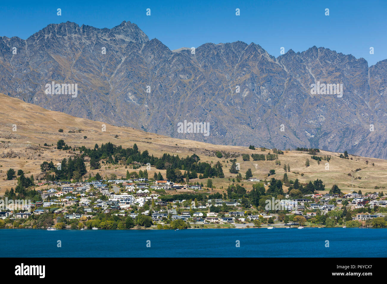 Nouvelle Zélande, île du Sud, de l'Otago, Queenstown, vue sur la ville avec les Montagnes Remarkables Banque D'Images