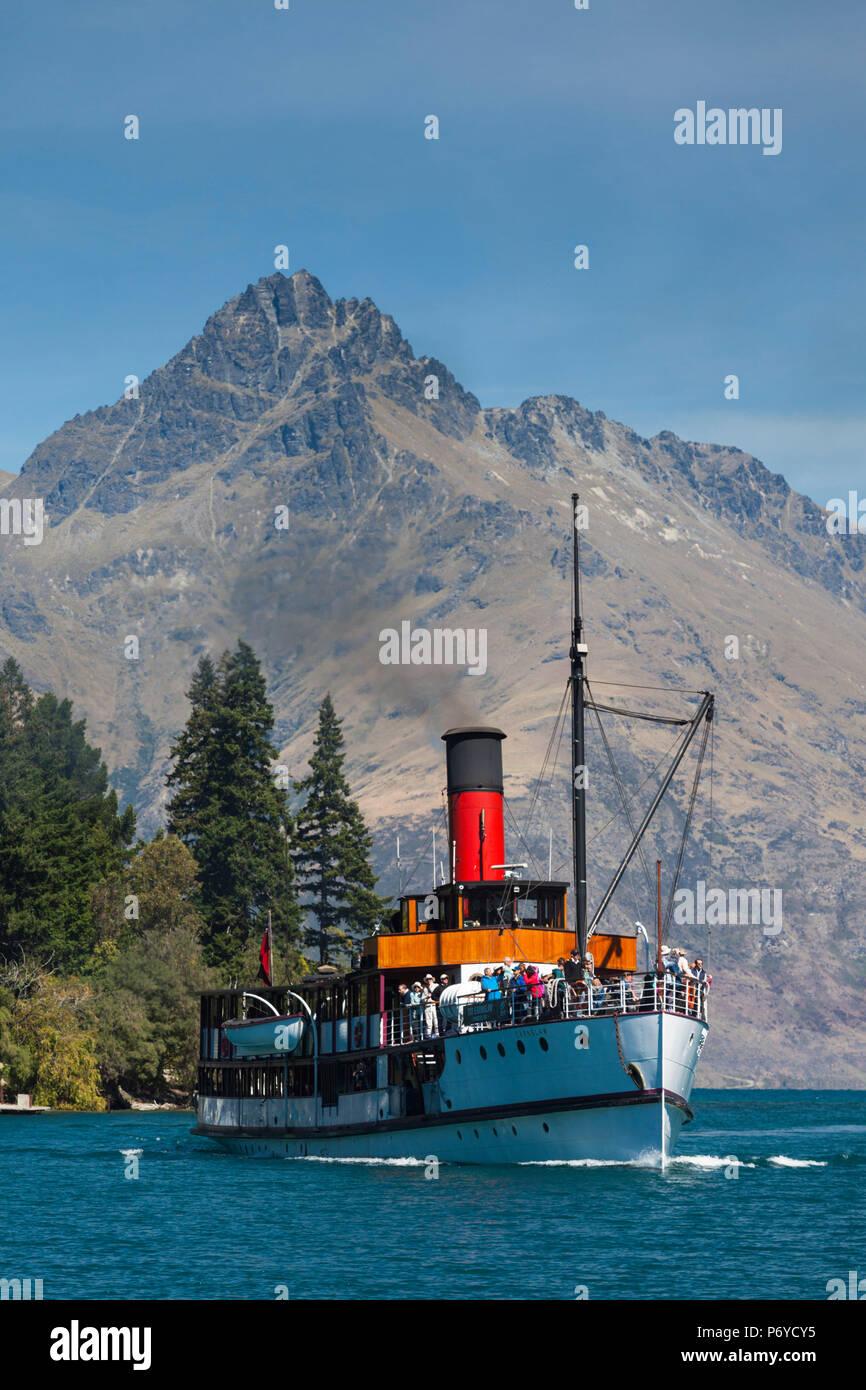 Nouvelle Zélande, île du Sud, de l'Otago, Queenstown, vue sur le port avec bateau à vapeur TSS Earnslaw Photo Stock