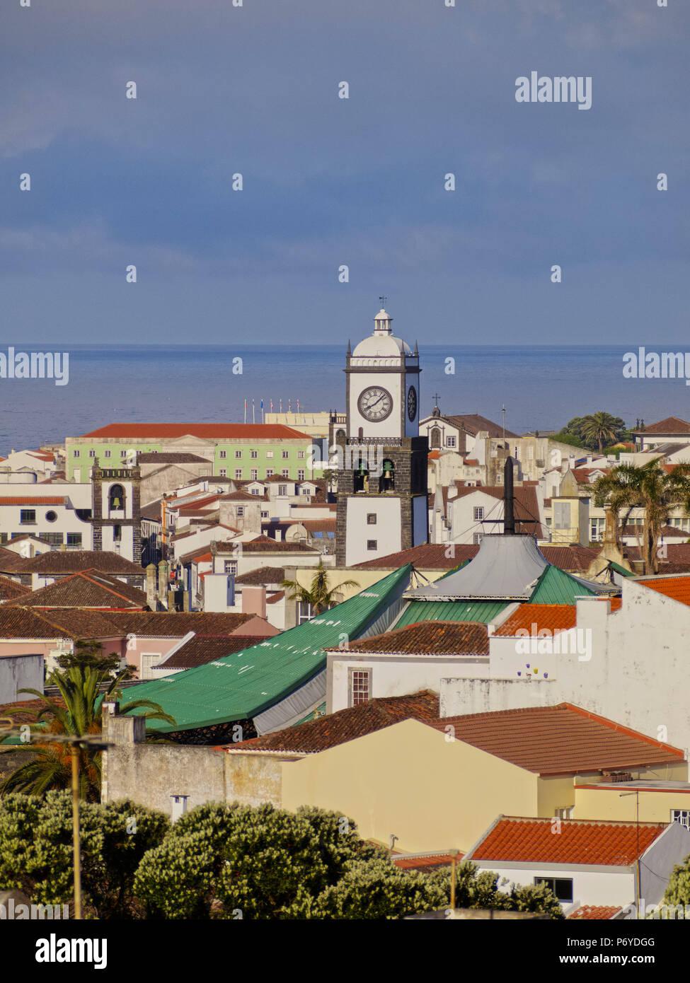 Le Portugal, Azores, Sao Miguel, Ponta Delgada, augmentation de la vue sur la vieille ville. Photo Stock