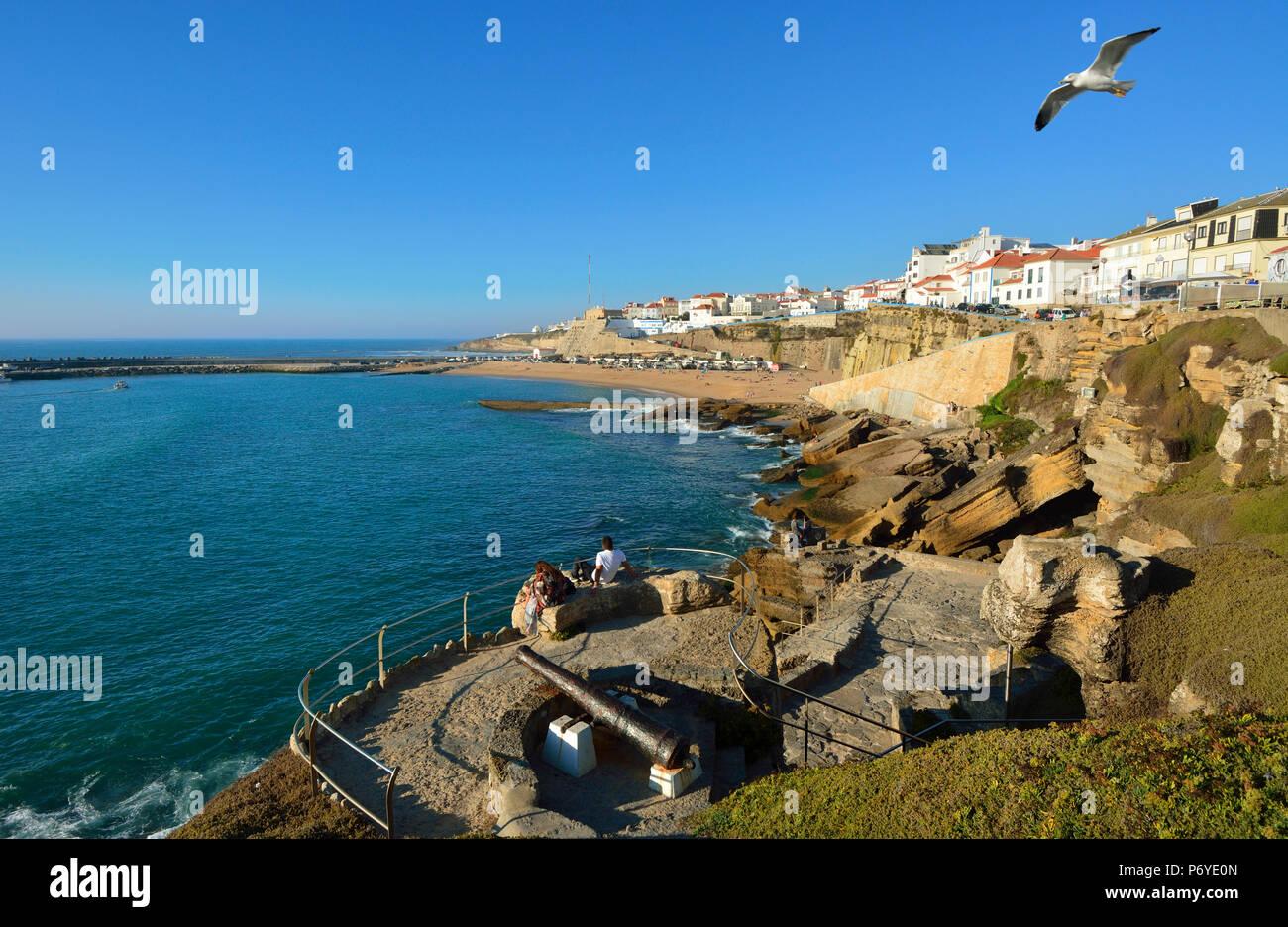 Le village d'Ericeira donnant sur l'océan Atlantique. Portugal (MR) Photo Stock