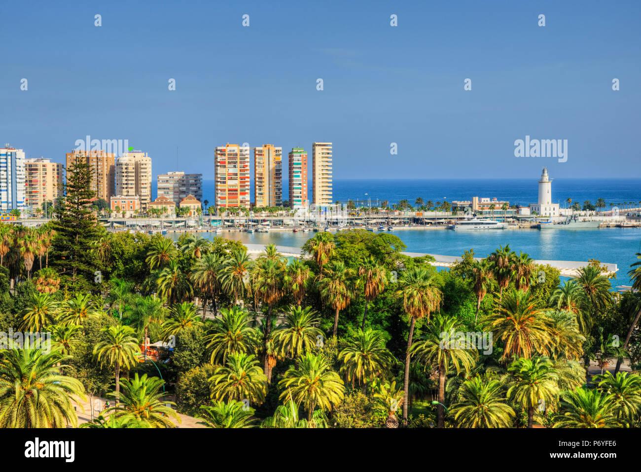 Voir à l'Harbour avec phare, Malaga, Costa del Sol, Andalousie, Espagne Photo Stock