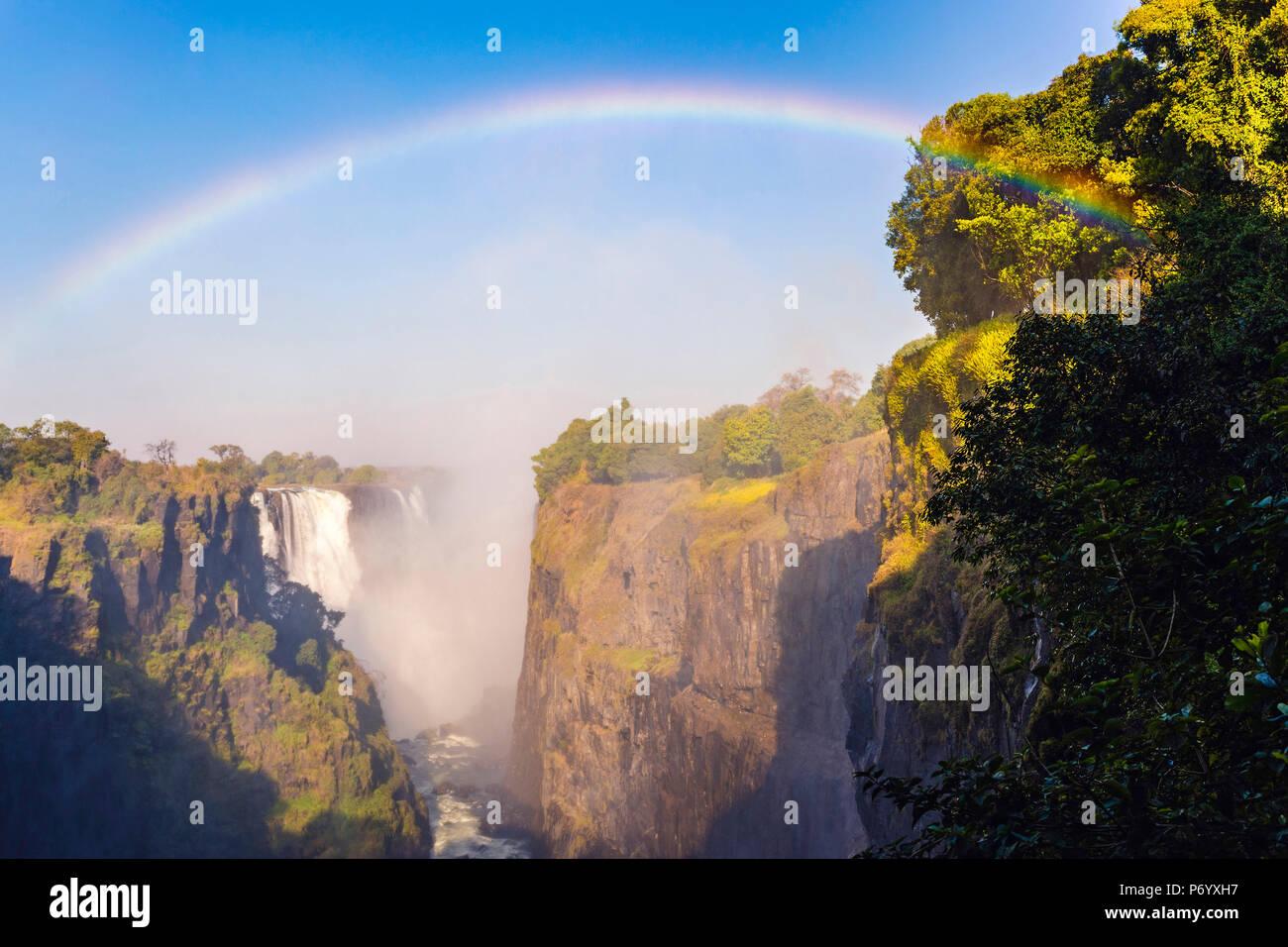 Victoria Falls, Zimbabwe, Afrique du Sud. La vapeur d'eau et arc-en-ciel Photo Stock