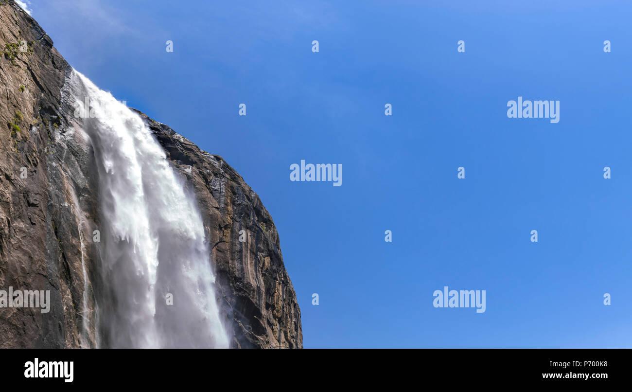 Yosemite Falls vue inférieure supérieure et le ciel Banque D'Images