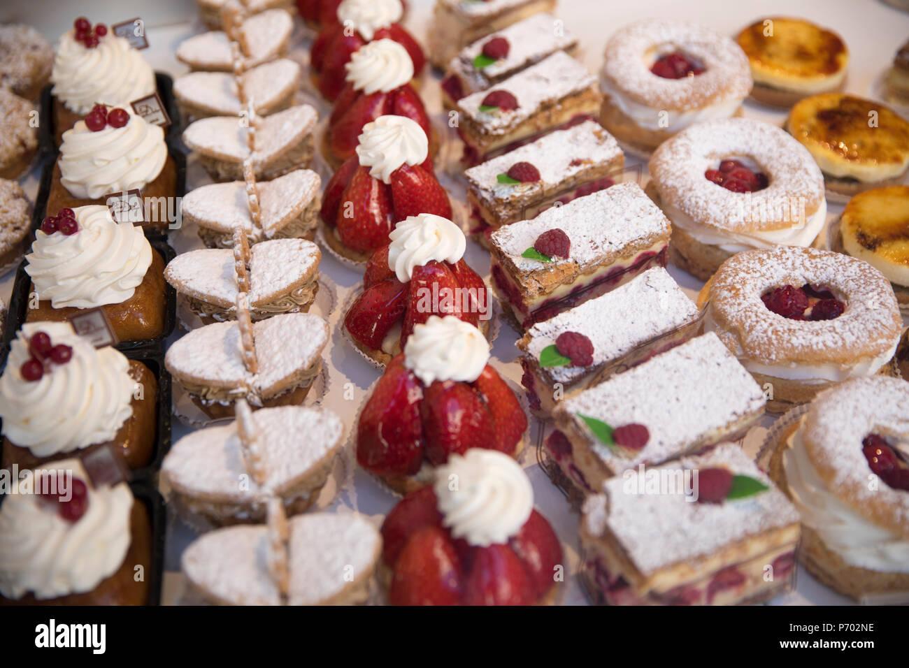Des pâtisseries savoureuses dans la fenêtre de l'atelier pâtisserie française, Arras, Pas-de-Calais, Hauts-de-France, France, Europe Banque D'Images