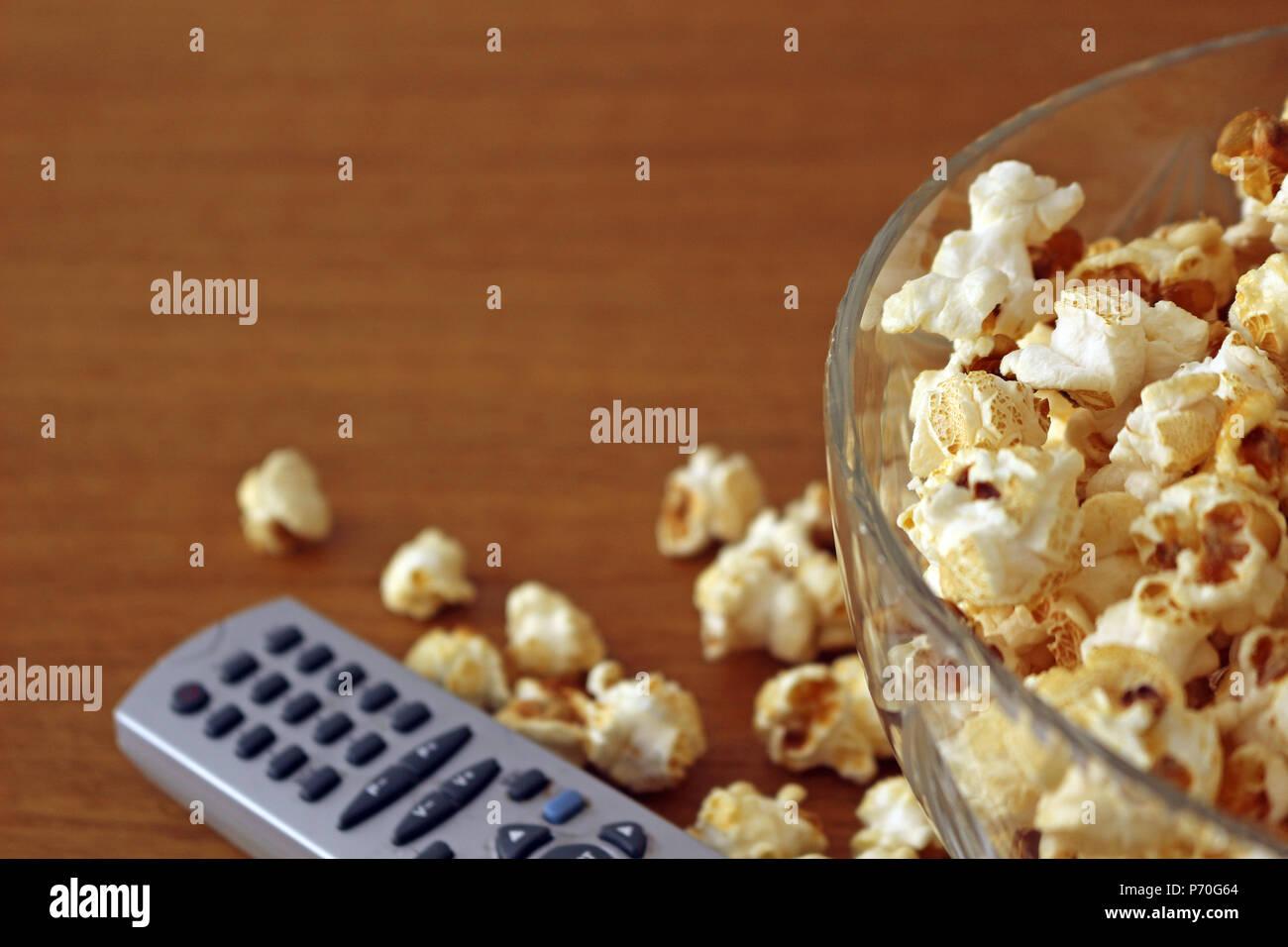 Dans un bol de pop-corn à côté d'une télécommande Banque D'Images